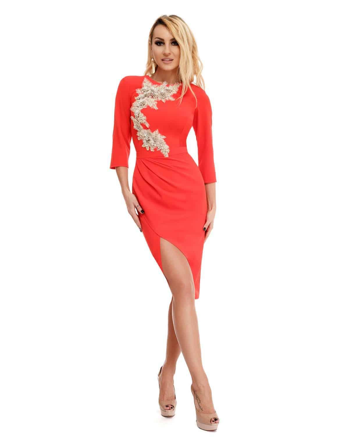 e163d5671902 Abito rosso elegante a tubino con ricami floreali sul davanti ...